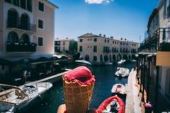 冰淇淋在一热的天 免版税库存照片