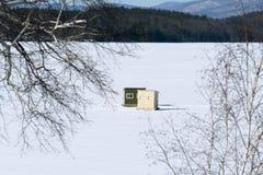 冰钓鱼在积雪的湖的鲍伯议院新的英语的;并且 库存图片