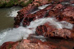 冲在小河下的水在巴西的Savannas 图库摄影