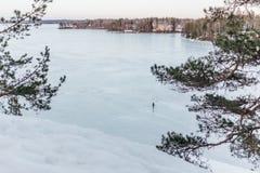 冻湖在春天期间的芬兰 免版税图库摄影