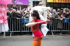 农历新年舞蹈和游行在Usera邻里,马德里,西班牙 农历新年舞蹈和游行在Usera 免版税库存照片