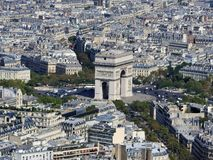 凯旋门和巴黎的天视图从埃菲尔铁塔的高度 库存图片
