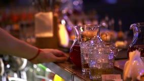 准备与冰的专业侍酒者一个鸡尾酒酒精的混合 完善的男服务员措施数量 股票录像