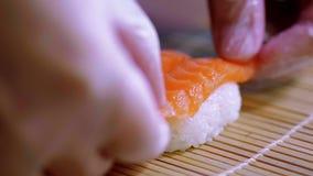 准备缘故nigiri寿司-在米的新鲜的三文鱼 股票录像