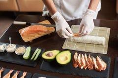 准备辗压寿司的过程 图库摄影