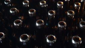 啤酒厂概念 许多开放啤酒瓶 射击在4k 特写镜头录影 工艺啤酒厂生产 瓶颈看法  影视素材