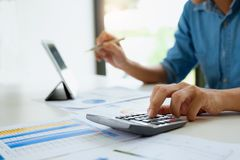 商人与计算器和数字片剂一起使用 帐户和保存的概念 免版税库存照片