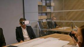商人和他的同事与现代未来派真正布局家未来技术概念和画一起使用 股票录像