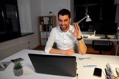 商人有视频聊天在夜办公室 库存照片
