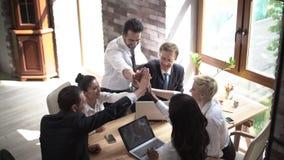 商务伙伴一个年轻队为一次重要会议做准备在一晴朗的候选会议地点 股票录像