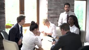 商务伙伴一个年轻队为一次重要会议做准备在一晴朗的候选会议地点 影视素材