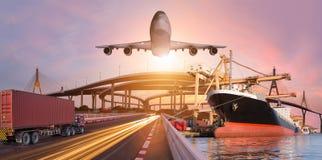 全景运输和后勤指导方针乘卡车小船为后勤进出口背景飞行 免版税库存图片