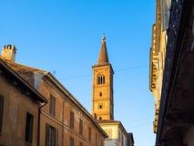 公寓和响铃钟楼在帕尔瓦市 免版税库存照片