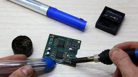 关于家用电器、电子和处理器修理的车间  焊接的委员会焊铁,重新焊接芯片, 库存图片