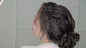 关闭与空气吹的头发的诱人的深色的妇女面孔,看照相机 圆环光秀丽 股票视频