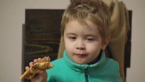 关闭吃鲜美比萨的男孩 健康概念的食物 有的小男孩一片薄饼 薄饼党 影视素材