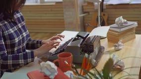 关闭键入在一台老打字机的妇女手 影视素材