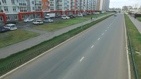 典型的俄国街道看法在与新的大厦、路、汽车、小径和走的人民的夏天 场面 每天 股票录像