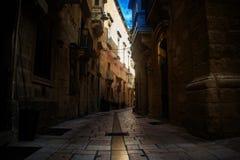 典型的狭窄的街道在Vittoriosa,马耳他 库存图片