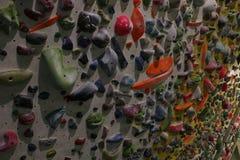 充分大墙壁爬上的夹子在一个bouldering的会议期间 库存照片