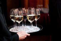 充分拿着盘子饮料的侍者在一个承办宴席的婚礼或其他特别活动期间 免版税库存照片