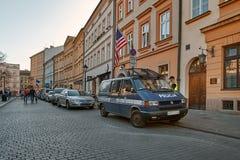 克拉科夫,波兰- 2018年8月7日:在老中央街道上的警察在老克拉科夫 免版税库存照片