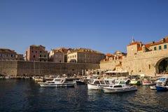 克罗地亚 杜布罗夫尼克- 2018年7月22日 对老镇和停泊处的概要与船 免版税库存照片