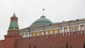 克里姆林宫墙壁和政府大厦在它后在红场在莫斯科 股票录像