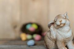 兔宝宝用在巢的被聚焦的鸡蛋外面 免版税库存图片