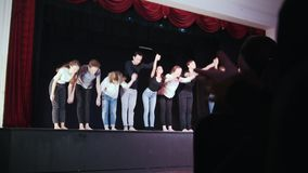 剧院阶段 人往观众和弓的演员步行 股票视频