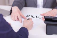 剪报庄稼如何我的对二名妇女的办公室路径建议 签的一个合同概念关于DSGVO 图库摄影