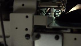 剪裁在缝纫机 慢动作关闭 股票录像