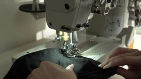 剪裁在缝纫机 慢动作关闭 股票视频
