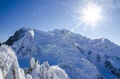 勃朗峰,在法国夏慕尼Mont布朗的最高的欧洲山美丽的景色在冬时 库存照片