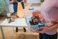 回收概念 在塑料contaner特写镜头的混杂的电子废物 负责任的妇女保护环境 库存图片