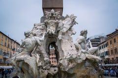 四条河的喷泉的接近的看法细节有埃及方尖碑的在纳沃纳广场,罗马,意大利 库存图片