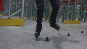 四轮溜冰者在直排轮式溜冰鞋特写镜头做障碍滑雪 股票录像