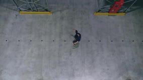 四轮溜冰者在直排轮式溜冰鞋顶视图做障碍滑雪 股票视频