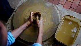 围绕陶瓷器皿的上部女孩形状由面盆 股票录像