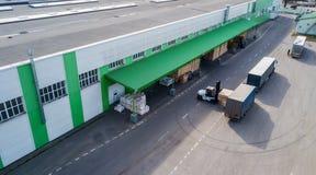 Ściąganie produkty przy fabryką w ciężarówce obrazy royalty free
