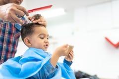 Śliczna chłopiec Dostaje włosy Ciący w fryzjera męskiego sklepie tła piękna błękitny pojęcia zbiornika kosmetyczny głębii szczegó obraz stock