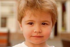 Śliczna fryzura dla krótkiego włosy Małe dziecko z eleganckim ostrzyżeniem Małe dziecko z krótkim ostrzyżeniem Mała chłopiec z bl obraz royalty free