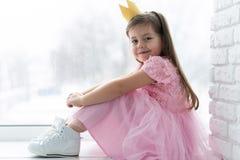 Śliczna mała dziewczynka w princess kostiumu Ładny dziecka narządzanie dla kostiumowego przyjęcia Piękna królowa w złocistej koro obraz royalty free
