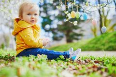 Śliczna trochę jeden roczniak dziewczyna bawić się jajecznego polowanie na wielkanocy obrazy stock