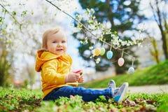 Śliczna trochę jeden roczniak dziewczyna bawić się jajecznego polowanie na wielkanocy obraz stock