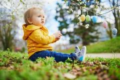 Śliczna trochę jeden roczniak dziewczyna bawić się jajecznego polowanie na wielkanocy fotografia stock