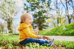 Śliczna trochę jeden roczniak dziewczyna bawić się jajecznego polowanie na wielkanocy obrazy royalty free