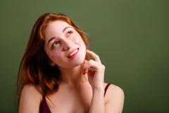 Ślicznej młodej kobiety wyborowa rudzielec patrzeje ciekawie obraz royalty free
