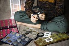 Śliczny chłopiec numizmatyk zbiera stare monety zdjęcie royalty free