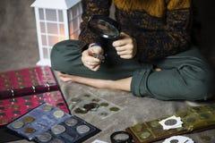 Śliczny chłopiec numizmatyk zbiera stare monety zdjęcia royalty free